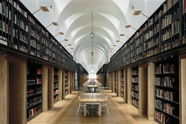 Die Bibliothek professionell mit LED-Panel beleuchten